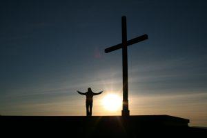 orang di bawah salib