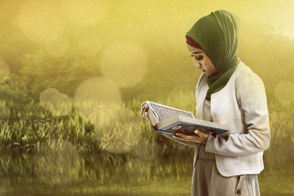 perempuan membaca alquran