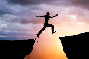 pria lompat di atas lubang