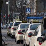 lima taksi di jalan