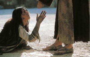 wanita sedang di jalan dan perlu ampunan dari dosanya