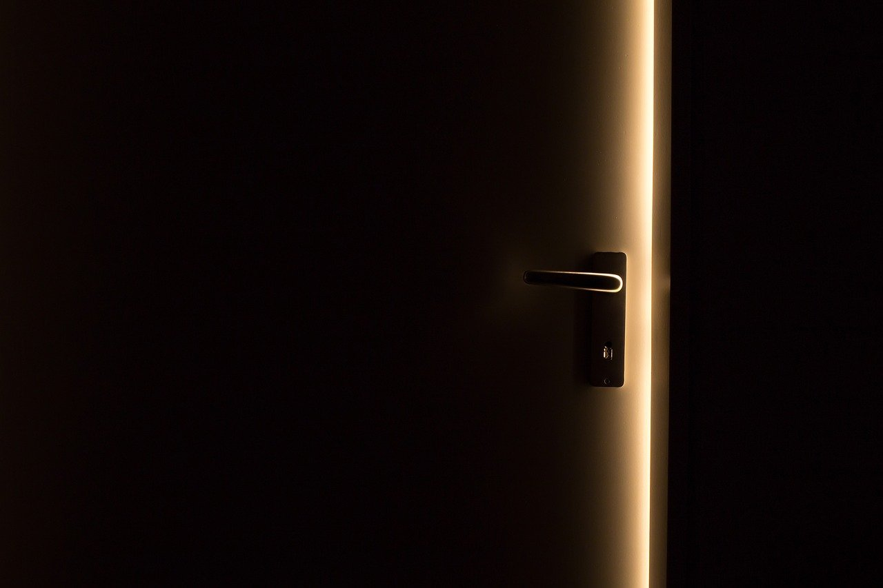 pintu untuk ruang yang terang